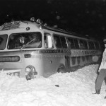 Série 6 no 60: Autobus dans le fossé, le 8 février 1964. Photographe, Lionel Couture.