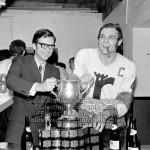 Le Premier Ministre du Québec, Robert Bourassa et le joueur des Remparts de Québec, Guy Lafleur et la Coupe Memorial Junior, le 19 mai 1971